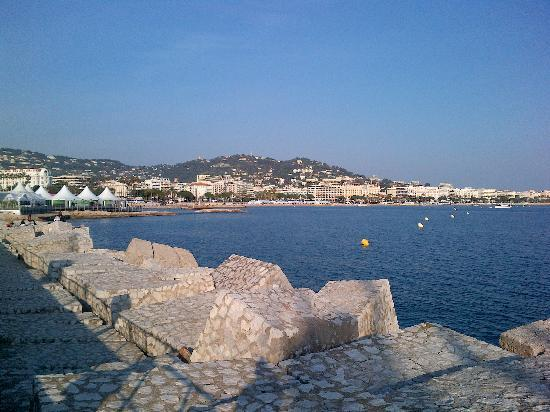 Atlantis Hotel: Looking towards Le Croisette from the harbour wall