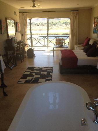 Stanford River Lodge: Freestanding bath and the room