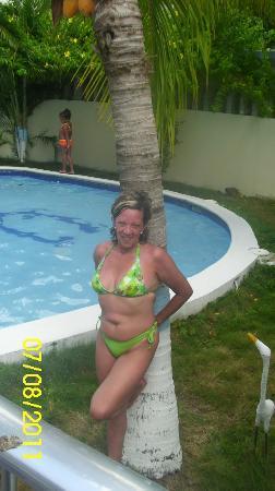 Las Quince Letras Hotel: Yo posando en un area de la piscina