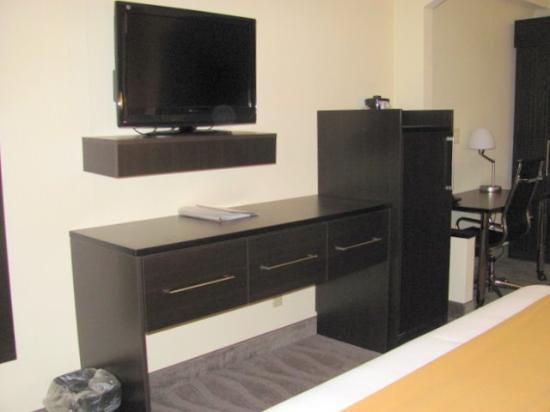 Holiday Inn Express & Suites Dalton: flat screen and fridge in room