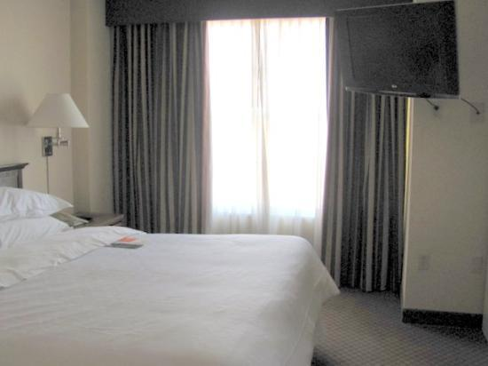 Sheraton Suites Galleria Atlanta: bedroom had flatscreen as well as living room