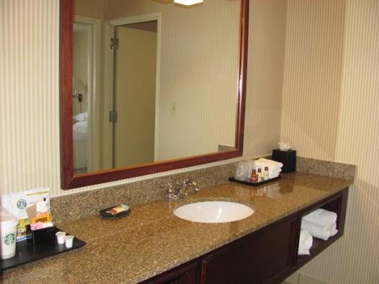 Sheraton Suites Galleria Atlanta: sink area off bath was spacious
