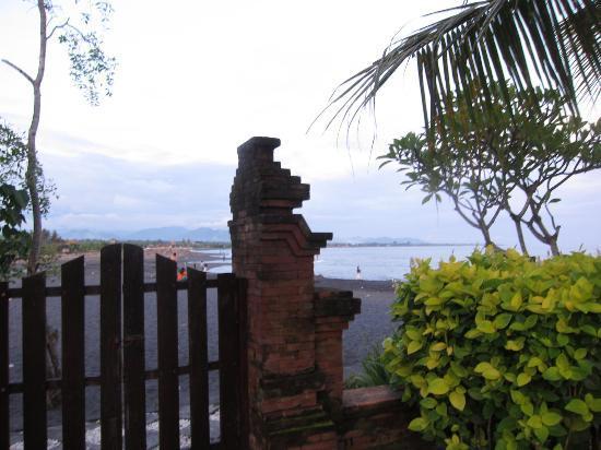 Villa L'Orange Bali: Gate that will take you right to the beach!