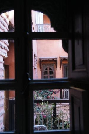 Riad Birdy : Looking out from room Sonia.