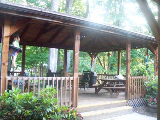Jonathan Creek Inn and Villas: The back porch/gazebo.