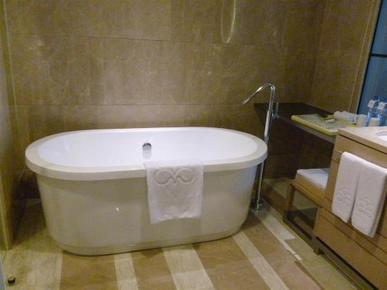Hotel Nikko Saigon: Bath tub