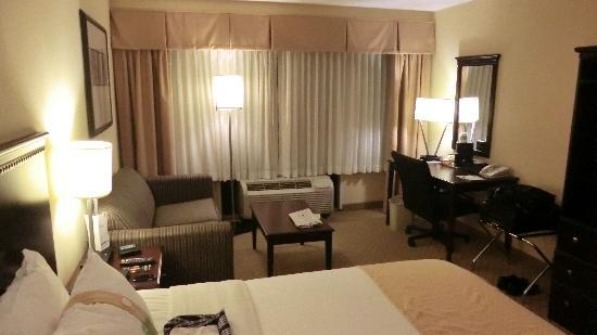 Holiday Inn East Windsor - Cranbury Area: Room 214, nice room, the Nj turnpike is visible from the room window