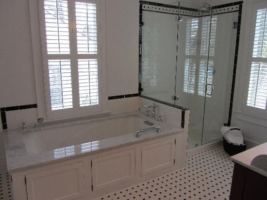 Park House Bed & Breakfast: Colonial Bath w/ seperate rain shower and whirlpool air-tub