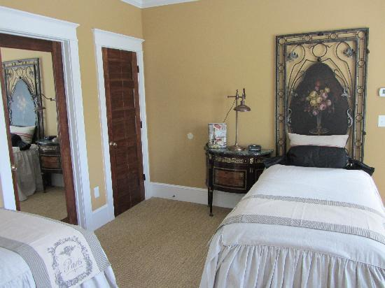 Park House Bed & Breakfast: French Room: Perfect for girl's weekend or the single traveler.