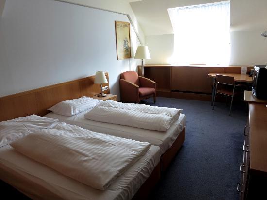 Strudlhof Hotel & Palais: twin beds