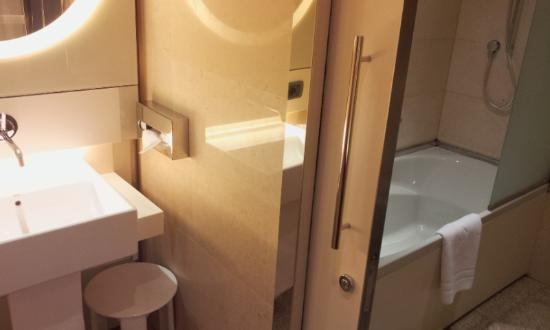 UNA Hotel Bologna: Separate sink and shower
