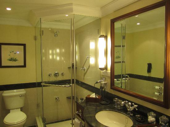 Vivanta by Taj - Malabar: The bathroom.... big enough for a shower area as well as a bathtub