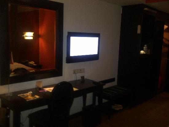 Jakarta Airport Hotel: working desk and LCD tv