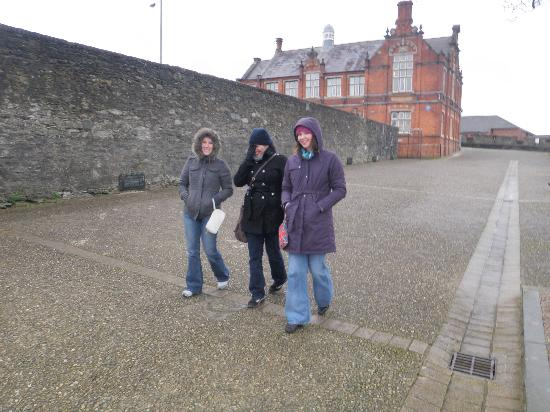 Free Derry Tours: The girls on the original cat walk!