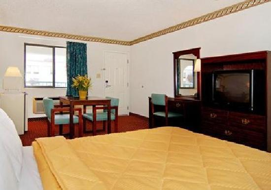 Econo Lodge Inn & Suites Southeast : Guest room with desk Area