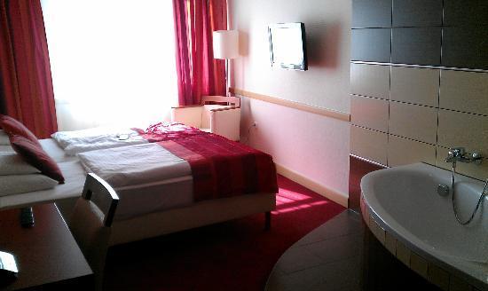 City Inn: Double room with bathtub, cool!
