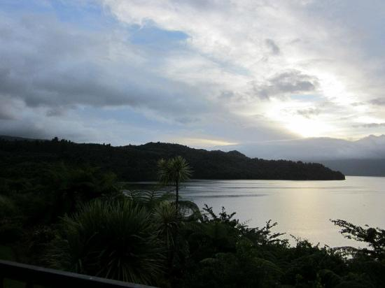 Solitaire Lodge: Sunrise over the lake