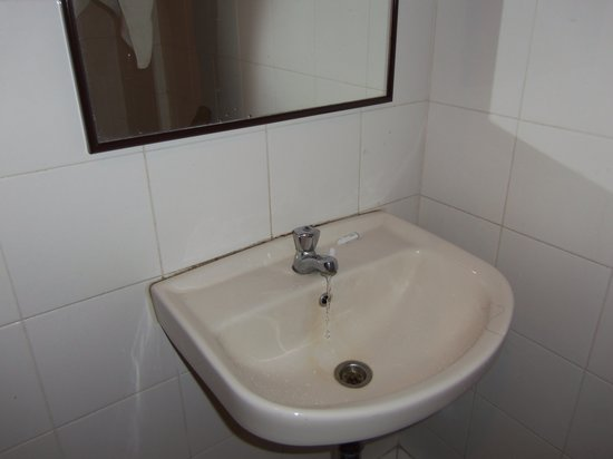 Pinnacles Kuching Lodge: Leaky faucet