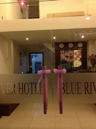 Blue River Hotel: Eingang Rezeption