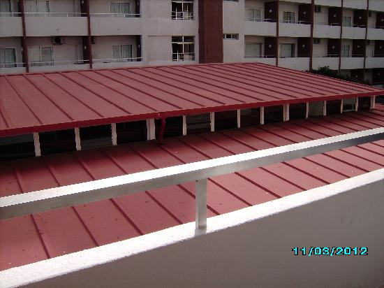 Las Caletillas, España: show bar red roof to close to rooms on 2nd floor i took this from my balcony