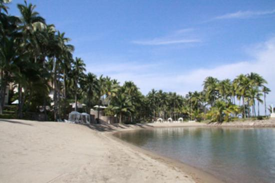 Grand Isla Navidad Resort: lagoon beach with soft sand
