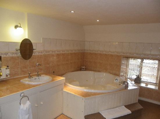 Bede bathroom picture of the old white hart lyddington for G bathrooms leicester