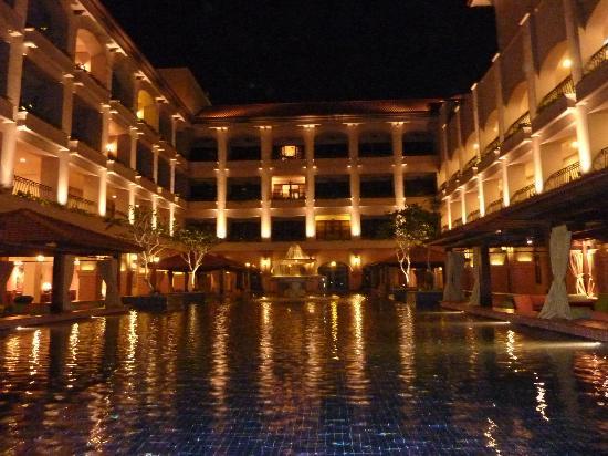 Casa del Rio Melaka: courtyard at night