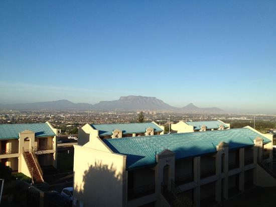 Protea Hotel by Marriott Cape Town Tyger Valley: View from restaurant overlooking rooms and Cape Town