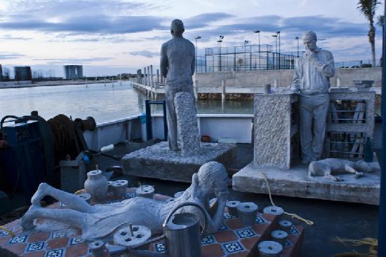 MUSA (Museo Subacuático de Arte): Transporting the sculptures.