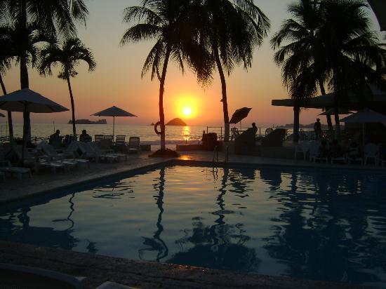 Hotel Fontan Ixtapa: una de las piletas al atardecer