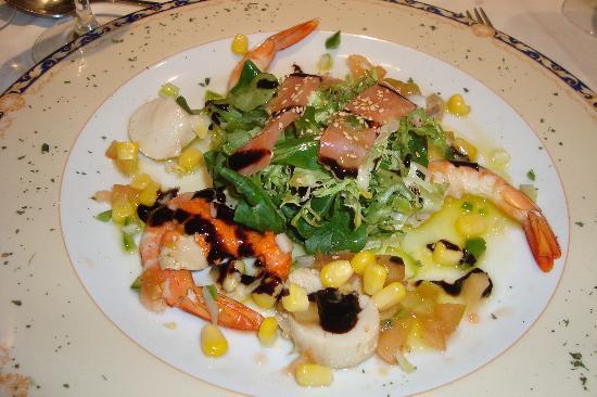 Hotel Conde de Badaran : Mini ensalada de langostinos, viera y salmon ahumado