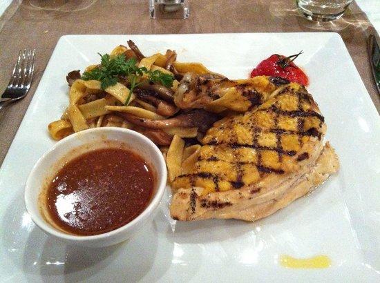 Brasserie Flo: Poulet jaune des landes accompagné de tagliatelles aux champignons et sa sauce foie gras