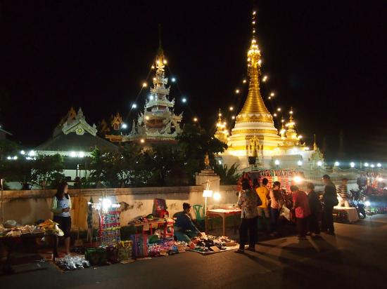 Baiyoke Chalet Hotel: Lakeside temples with part of the night market