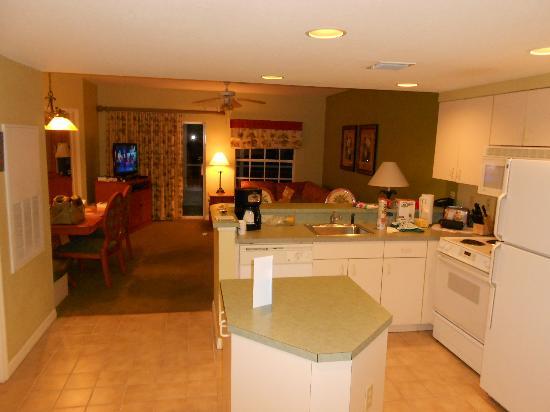 Wyndham Cypress Palms: Cocina con el living