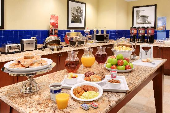 Hampton Inn & Suites Hartford/Farmington: Hot Breakfast Buffet