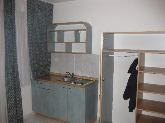 Hotel Amadeus: Zona cucina e armadio