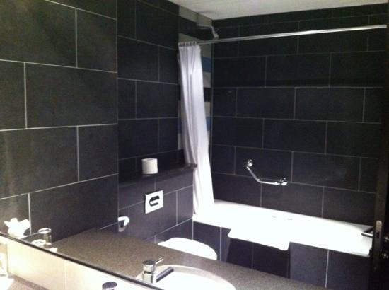 Lough Rea Hotel and Spa: clean modern bathroom