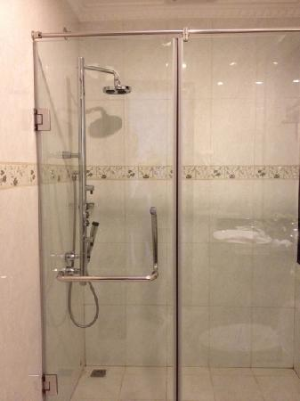 Hanoi Meracus Hotel 1 : shower with 3 jet heads!great for a quick back massage