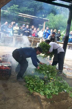 Curanto Victor Goye: Se cubren las piedras calientes, con hojas de Nalca o Maqui