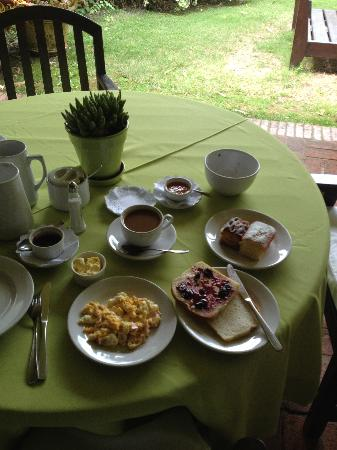 Hotel L'Auberge: breakfast in patio