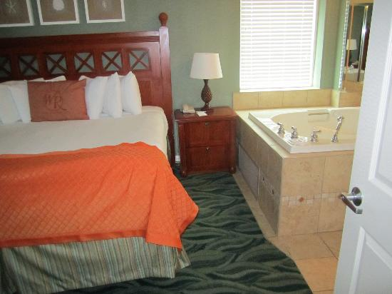 Westgate Myrtle Beach Oceanfront Resort: bed and jacuzzi tub