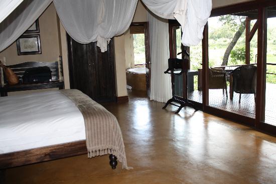 Lion Sands - Tinga Lodge: Legends - Beautiful bed