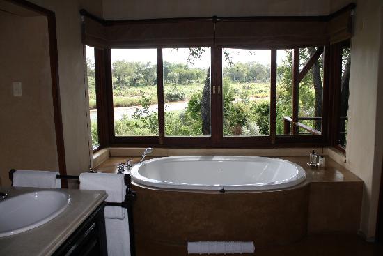 Lion Sands - Tinga Lodge: Legends - Bath with a view