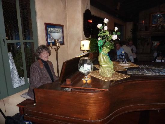 Bootleggers Old Town Tavern & Grill: Most evenings they have lovely piano music