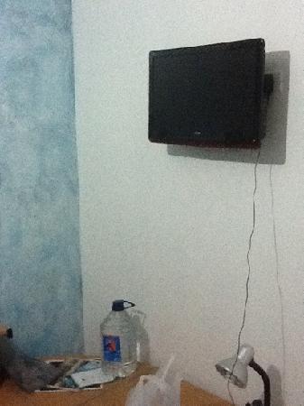 Posada Casa Real: televisor muy pequeño y a un lado de la cama (verlo resulta incomodo)