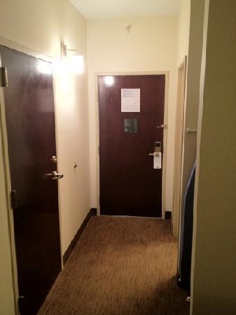 Wingfield Inn & Suites: room entryway