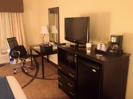 Wingfield Inn & Suites: tv and work space