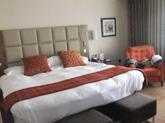 Crowne Plaza Resort Colchester Five Lakes: Biggest bed ever!