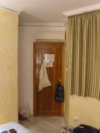 Hostal Plaza Cantarero: bedroom. bathroom to the left