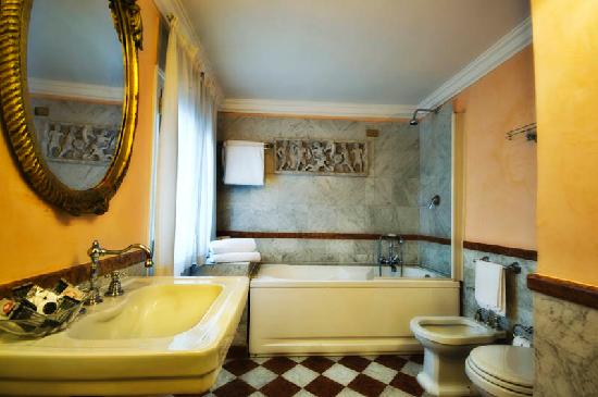 Hotel Royal Court: Bathroom
